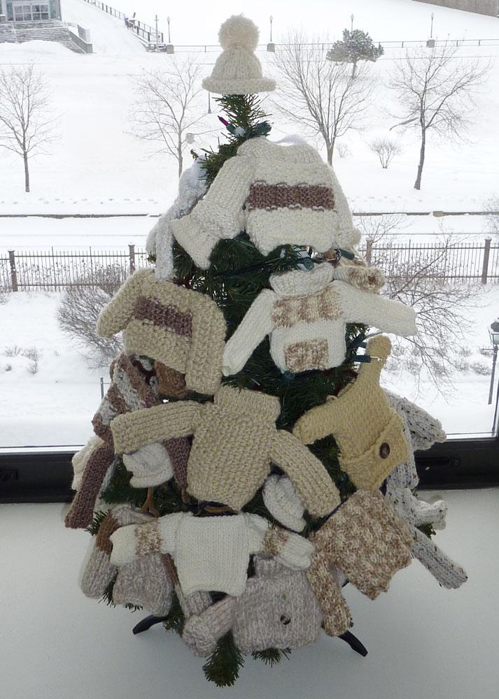 Tricoter des mini pulls en laine pour noel tricots de - Deco de noel a tricoter ...