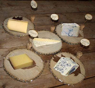 Plateau de fromages en bois avec porte noms pr par s avec des bouchons de champagne gastronomie - Ongle coince dans une porte que faire ...