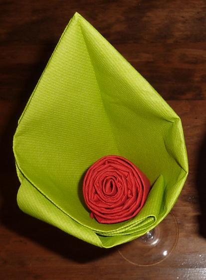 pliage de serviette de table en forme de fleur en forme d 39 arome r aliser lotus avec une. Black Bedroom Furniture Sets. Home Design Ideas