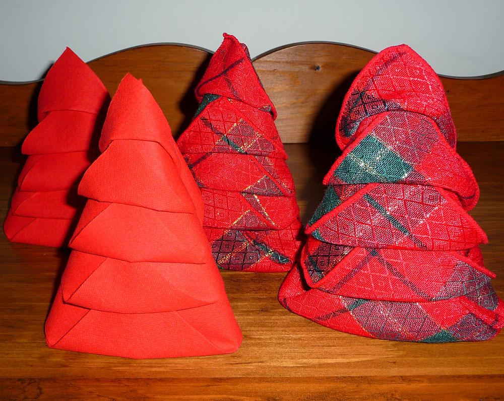 pliage de serviette de table en forme de sapin de no l plier une serviette de table en papier. Black Bedroom Furniture Sets. Home Design Ideas